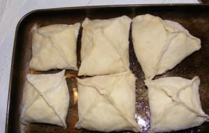 укладываем пирожки на противень